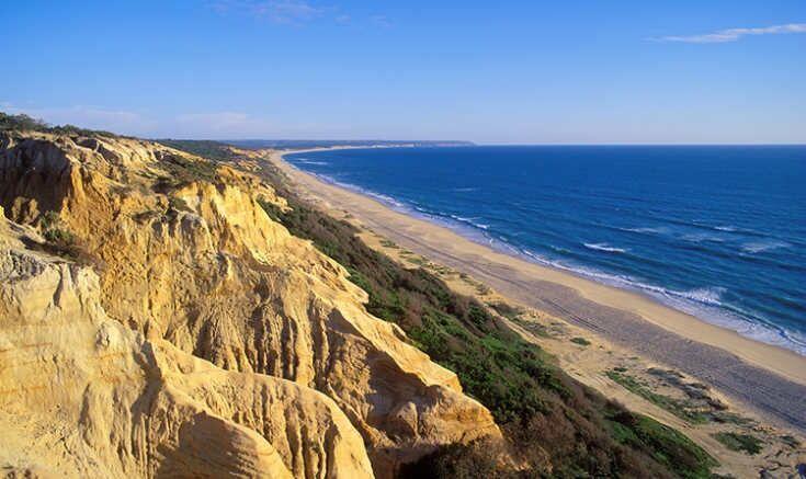 Vista desde el acantilado de la playa de Costa Caparica, Portugal.