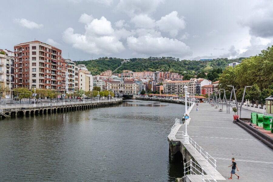Río Nervión y edificios de la ciudad de Bilbao.