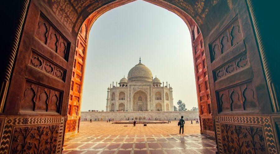 Foto del Taj Mahal desde unas puertas de madera.