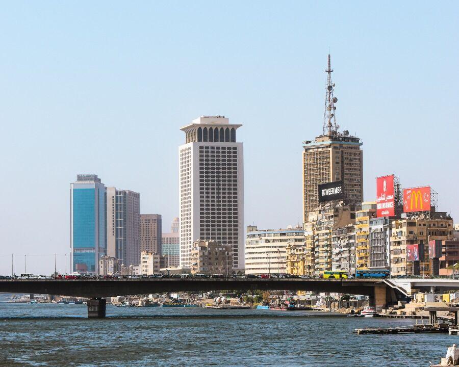 Imagen del Nilo y rascacielos de fondo de El Cairo.