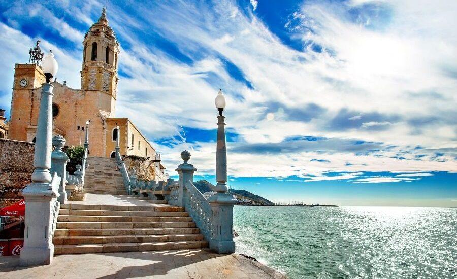 Iglesia de Sitges, con mar de fondo