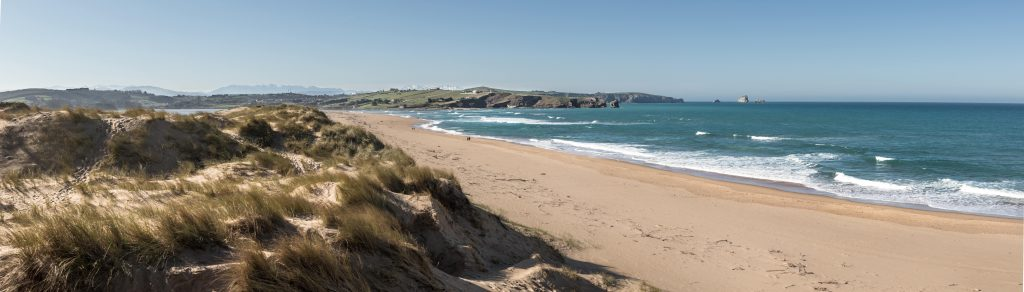 Dunas y playa del Parque Natural de Liencres, Cantabria.